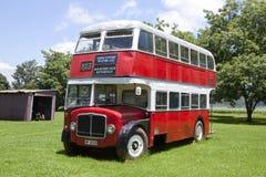 Dwoistego Decker autobus przy Natal rocznika ciągnikiem i maszyneria klubem Zdjęcia Royalty Free