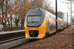 Dwoistego decker intercity DD VIRM między Arnhem i Utrecht przy stacją De Klomp w holandiach obrazy stock