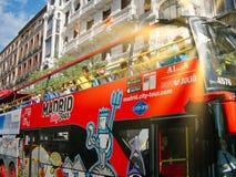 Dwoistego decker panoramiczny turystyczny autobus w Hiszpańskim kapitale zdjęcia stock