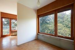 Dwoistego pokoju wnętrze z drewnianą podłogą w domu na wsi zdjęcie stock
