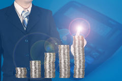 Dwoistego ujawnienia biznesmen dotyka pieniężną mapę z stosami Fotografia Royalty Free