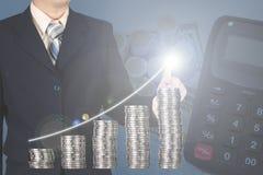 Dwoistego ujawnienia biznesmen dotyka pieniężną mapę z stosami Obrazy Stock