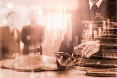 Dwoistego ujawnienia biznesmen i wykresu kostium rynku papierów wartościowych lub rynków walutowych Zdjęcia Stock