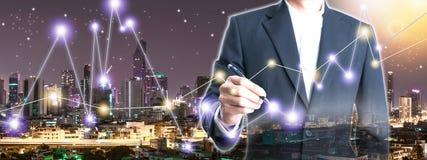 Dwoistego ujawnienia biznesmen trzyma pióro rysuje linię zdjęcie stock