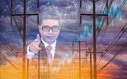 Dwoistego ujawnienia biznesmen z przywódctwo, elektrycznym słupem, niebo wykresu akcyjnym tłem, pojęciem lotność zapasy i energią zdjęcia royalty free