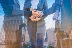 Dwoistego ujawnienia fotografia Fotografii mieszanki budynku miasto i Trząść ręki Zdjęcie Stock