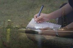 dwoistego ujawnienia kobiety pisze przy segregujący i noc Obraz Stock