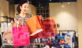 Dwoistego ujawnienia kobiety trzyma torba na zakupy w ona ręka Zdjęcia Stock