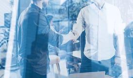 Dwoistego ujawnienia pojęcie Biznesowy partnerstwo uścisk dłoni Fotografii dwa businessmans handshaking brodaty proces pomyślny fotografia stock