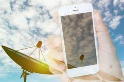 Dwoistego ujawnienia ręka z mądrze telefonu socjalny i antena satelitarna fotografia stock