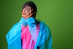 Dwoistego ujawnienia strzał młody Afrykański mężczyzna przeciw zielonemu tłu zdjęcie stock