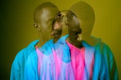 Dwoistego ujawnienia strzał młody Afrykański mężczyzna przeciw zielonemu tłu fotografia royalty free
