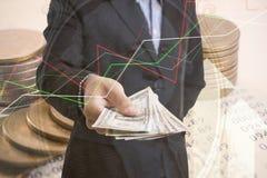 Dwoistego ujawnienia złociste monety pieniądze i wykres gospodarki inwestycja Obraz Royalty Free