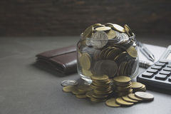 Dwoistego ujawnienia zapasu pieniężni wskaźniki z sterty monetą Zdjęcia Stock