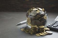 Dwoistego ujawnienia zapasu pieniężni wskaźniki z sterty monetą Obrazy Stock