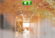 dwoistego ujawnienia zieleni wyjście ewakuacyjne podpisuje wewnątrz szpitalnego pokazuje th zdjęcia stock