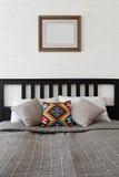 Dwoisty łóżko dekorujący z poduszkami Obrazy Stock