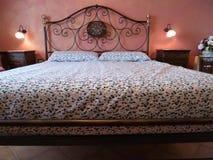 Dwoisty łóżko Klasyczna Włoska sypialnia obrazy royalty free