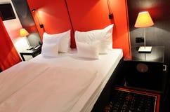 Dwoisty łóżko wśrodku pokoju hotelowego Fotografia Stock
