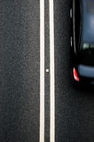 Dwoisty żółtych linii divider na blacktop z samochodem Obraz Royalty Free