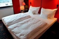 Dwoisty biały łóżko wśrodku pokoju hotelowego Fotografia Royalty Free