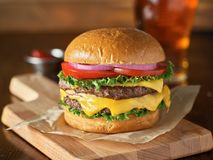 Dwoisty cheeseburger z sałatą, pomidor, cebula obrazy stock