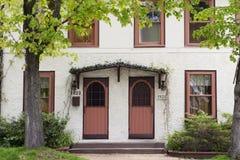 Dwoisty drzwi na kraj chałupie Zdjęcie Royalty Free