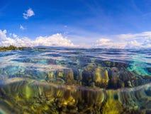 Dwoisty krajobraz z przejrzystą wodą i niebem Przejrzysty seawater z rafą koralowa pod wodą Zdjęcia Stock