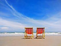 Dwoisty Plażowy falcowania łóżko Z plażowym i jaskrawym niebem Fotografia Stock