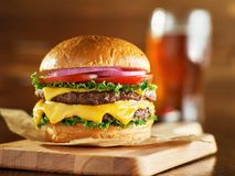 Dwoisty serowy hamburger z piwem fotografia stock