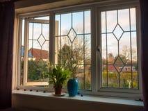 Dwoisty szklany okno z wewnątrz sypialnia wazowych kwiatów Zdjęcia Stock