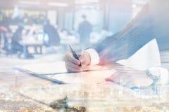Dwoisty ujawnienie biznesmena podpisywania kontrakta dokument w biurze z pejzażem miejskim i zamazującym biznesowy spotkanie obrazy stock