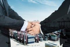 Dwoisty ujawnienie biznesmena uścisk dłoni na porcie z containe Obraz Stock
