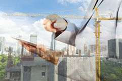 Dwoisty ujawnienie biznesowego inżyniera i abstrakta miasto Zdjęcia Royalty Free