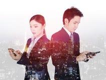 Dwoisty ujawnienie biznesowy mężczyzna i kobieta używa smartphone z Zdjęcie Stock