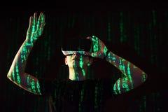 Dwoisty ujawnienie caucasian rzeczywistości wirtualnej słuchawki i mężczyzna jest przypuszczalnie gamer lub hackerem pęka kod w Obraz Stock