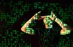 Dwoisty ujawnienie caucasian rzeczywistości wirtualnej słuchawki i mężczyzna jest przypuszczalnie gamer lub hackerem pęka kod w Zdjęcie Royalty Free