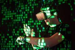 Dwoisty ujawnienie caucasian rzeczywistości wirtualnej słuchawki i mężczyzna jest przypuszczalnie gamer lub hackerem pęka kod w Zdjęcia Stock