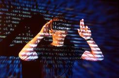 Dwoisty ujawnienie caucasian rzeczywistości wirtualnej słuchawki i mężczyzna jest przypuszczalnie gamer lub hackerem pęka kod w Zdjęcia Royalty Free