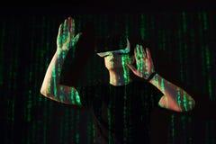 Dwoisty ujawnienie caucasian rzeczywistości wirtualnej słuchawki i mężczyzna jest przypuszczalnie gamer lub hackerem pęka kod w Obraz Royalty Free