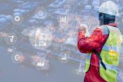 Dwoisty ujawnienie inżynier z rafineria ropy naftowej przemysłu rośliny tłem, przemysłowi instrumenty w fabryce i fizyczny system zdjęcia royalty free
