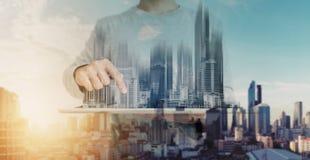 Dwoisty ujawnienie, mężczyzna używa cyfrową pastylkę i nowożytny budynku hologram, Nieruchomość biznes i budynek technologii poję obraz royalty free