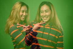 Dwoisty ujawnienie młoda Azjatycka kobieta przeciw zielonemu tłu zdjęcie stock