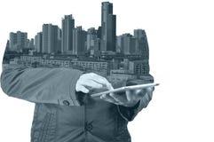 Dwoisty ujawnienie miasto i biznesowy mężczyzna używa cyfrową pastylkę Fotografia Royalty Free