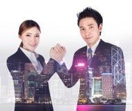 Dwoisty ujawnienie ręki zapaśnictwo między biznesmenem i biznesem obraz stock