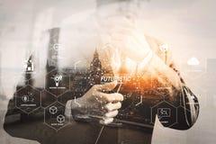 Dwoisty ujawnienie trzyma cyfrową pastylkę co sukcesu biznesmen zdjęcie royalty free