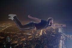 Dwoisty ujawnienie z młodego człowieka lataniem pod miasta tłem obrazy royalty free