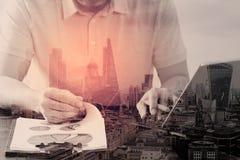 Dwoisty ujawnienie, Zlecać na zewnątrz przedsiębiorcy budowlanego pracuje na marmurowym biurku z laptopu Mobilnym Podaniowym opro obraz stock