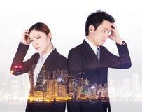 Dwoisty ujawnienie zmartwiony biznesowy mężczyzna i kobieta z miastem Obrazy Royalty Free