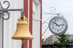 Dworca mosiężny dzwon na platformie stacja fotografia stock